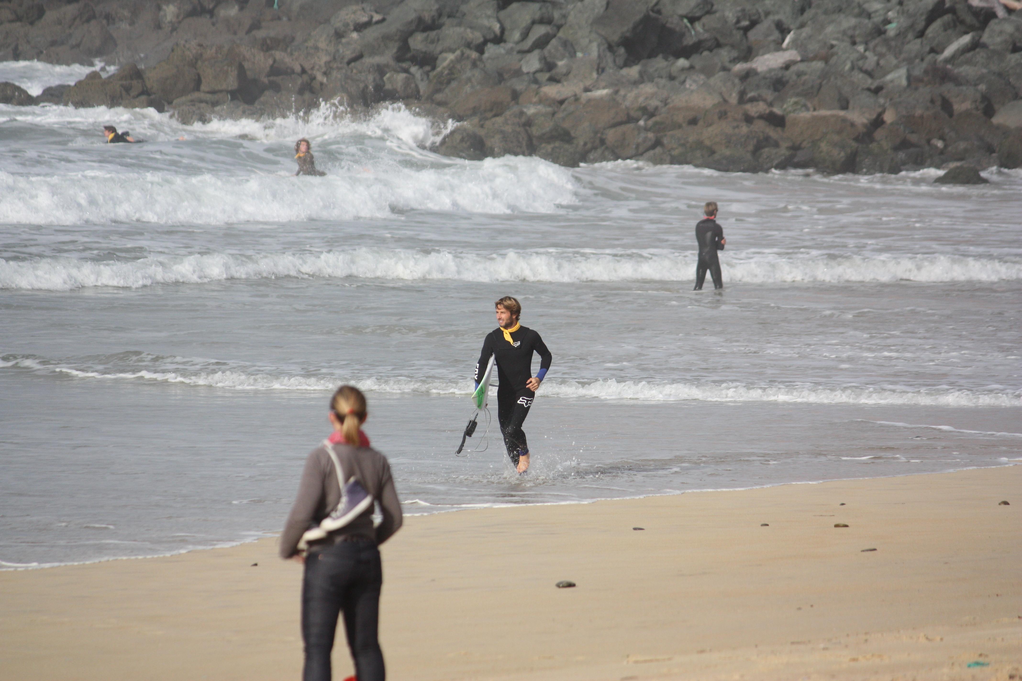 C'est pas tous les jours que l'on se met à l'eau en collant la digue. Derrière Romain Laulhé, deux participants suivent le chenal.