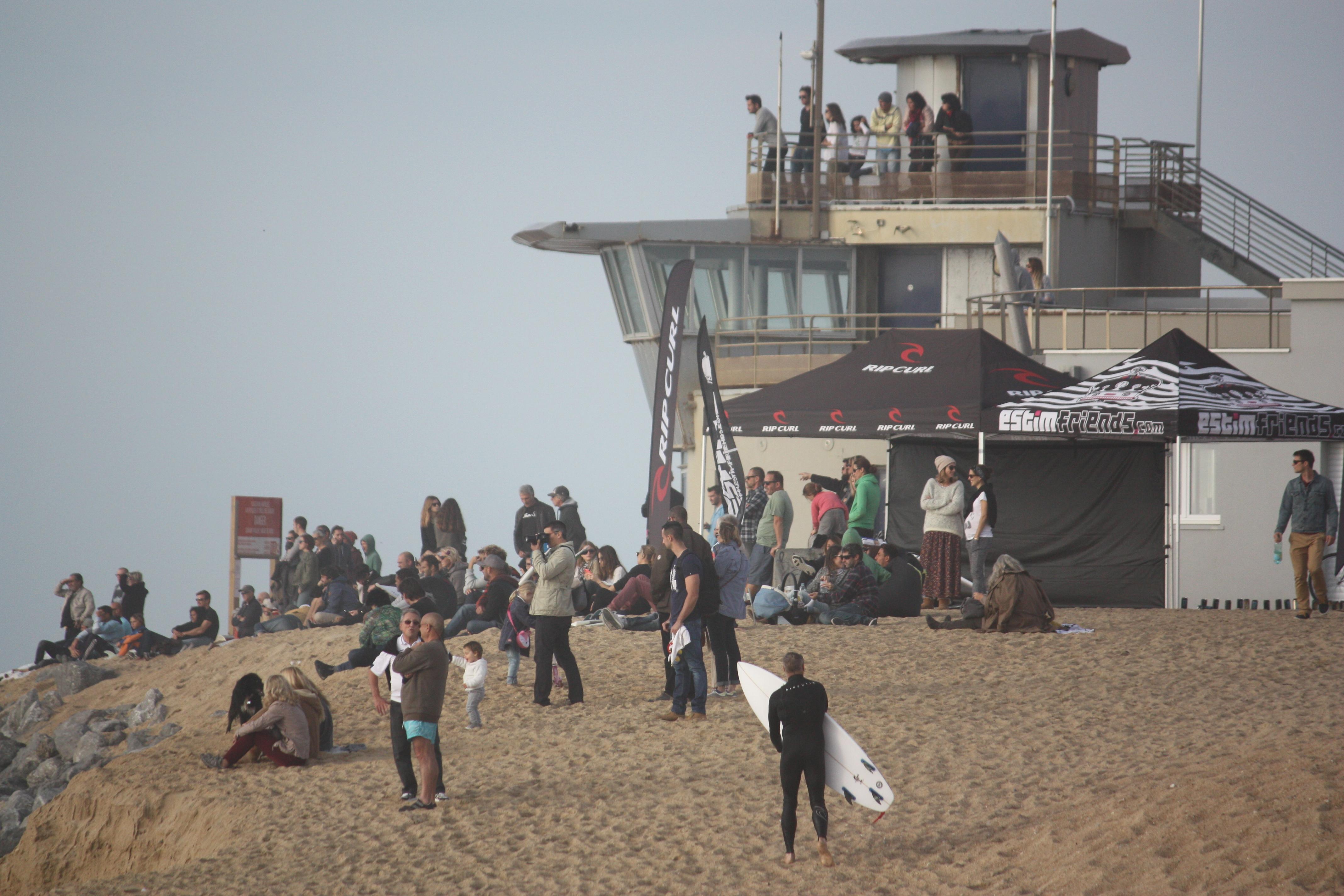 du monde sur la plage, dans les loges, mais aussi dans les gradins :)